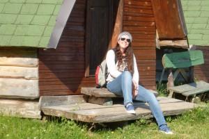 Hilke Durmitor vor Hütte