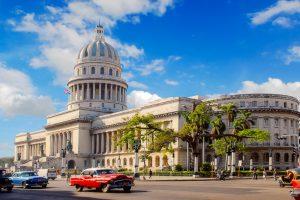 Das Capitolio Nacional, ein an die hundert Meter hoher Kuppelbau, wurde dem Kapitol in Washington D.C. nachempfunden, Havanna, Kuba